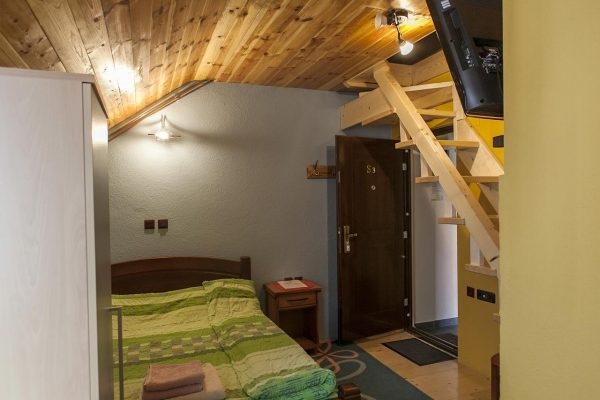 https://www.booking.com/hotel/me/durmitor-apartments.en.html?aid=1714811&no_rooms=1&group_adults=1